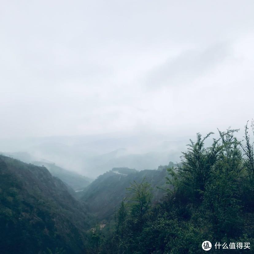 烟雨弥漫中的青山