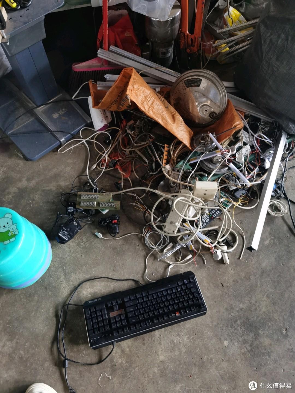 从一个口袋里倒出一堆,机械键盘一个