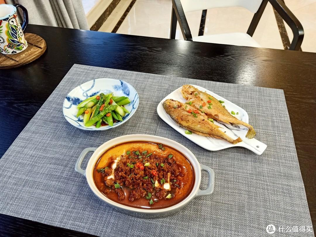妈妈精心给儿子做的晚餐,虽然只有3个菜,但是儿子却说太丰盛