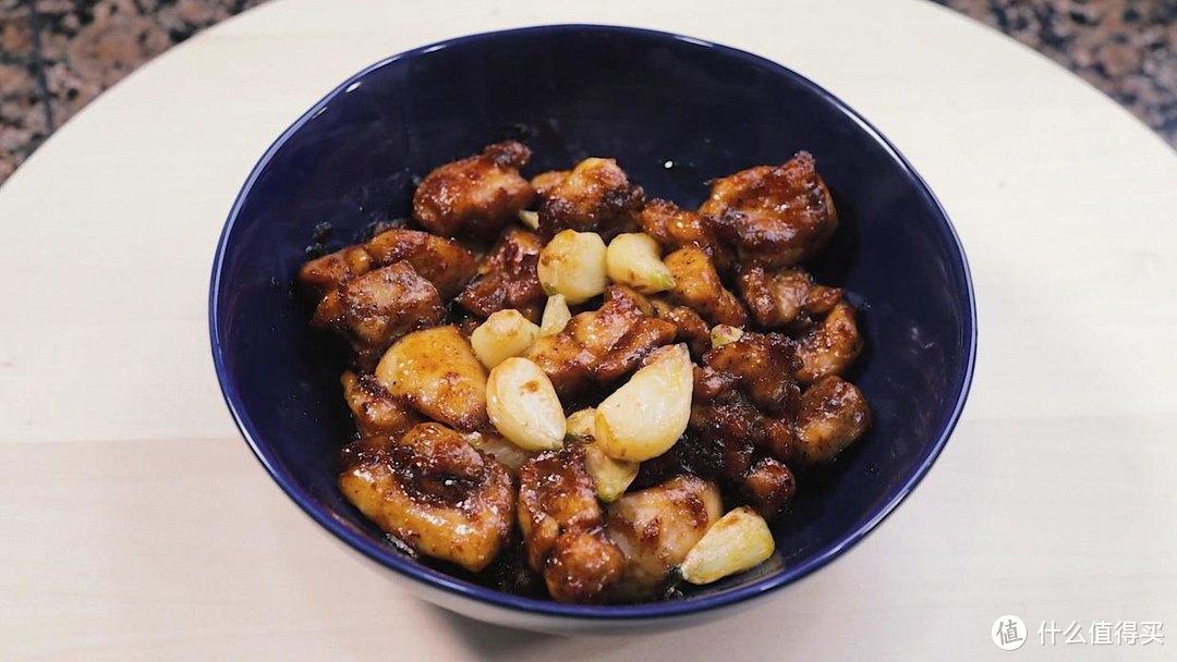 自制黑蒜子鸡肉粒,吃起来甜咸鲜辣,非常下饭