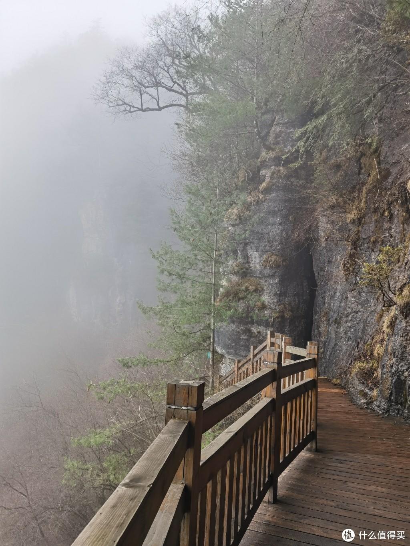 里面的栈道,远处雾蒙蒙很美