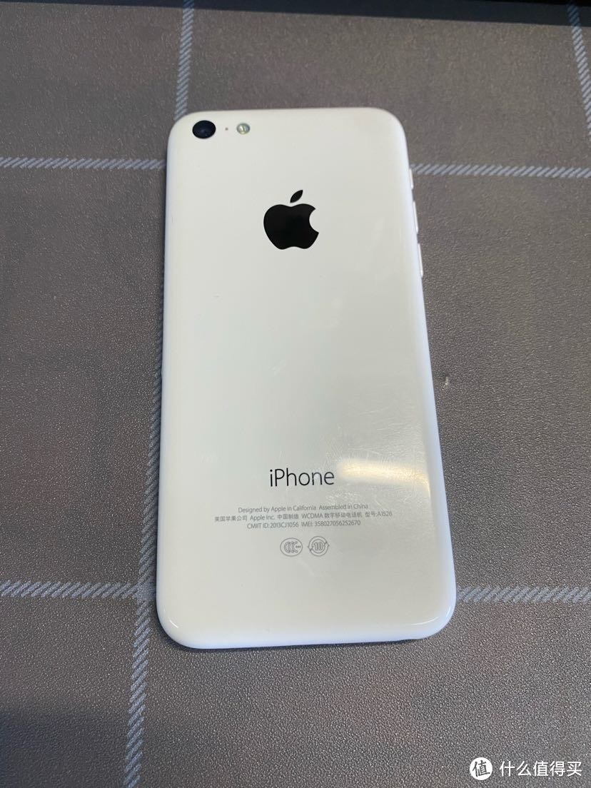 手机背面4个角有点磨损 但丝毫不影响我的优雅