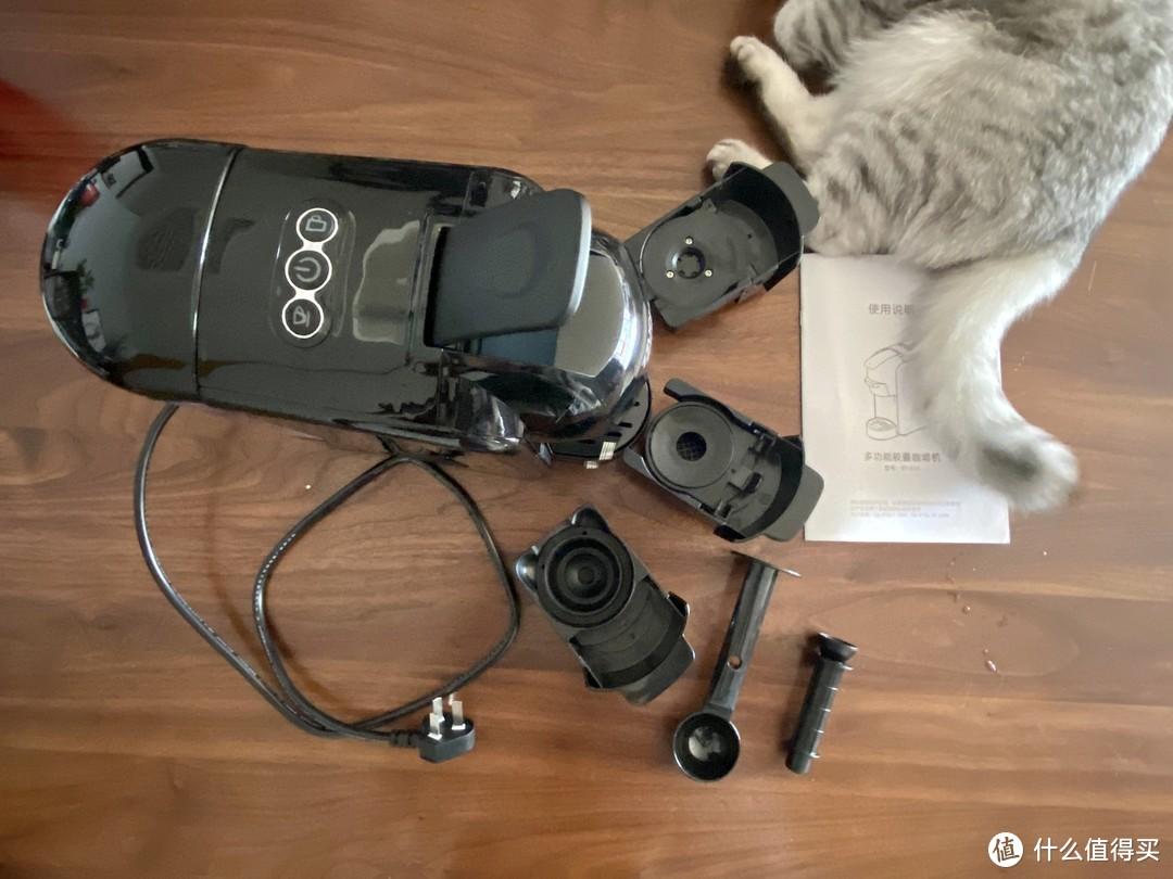 箱子里就是咖啡主机和三个酿造盒还有咖啡粉勺和最右那个清洁水管的小工具,说明书是中文(拍照少不了猫主子)