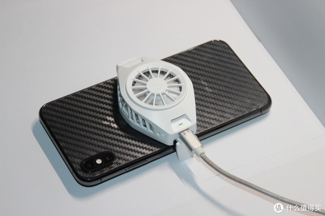 与手机合体,请大家记住这张图,工作时有一个小小的指示灯。