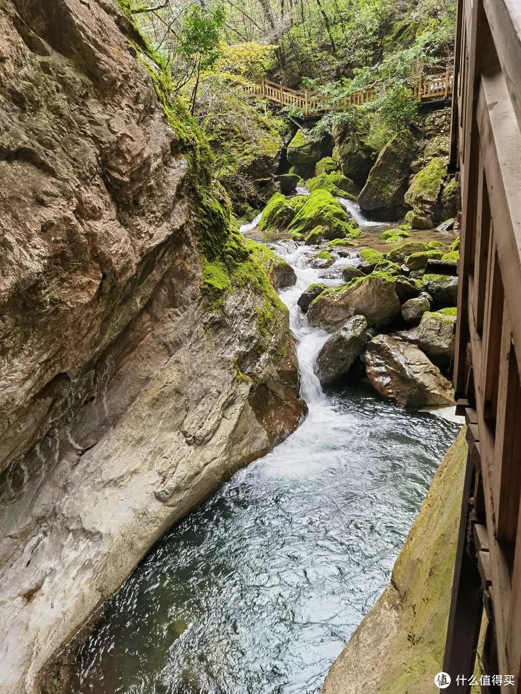 瀑布源头,远处石块布满青苔