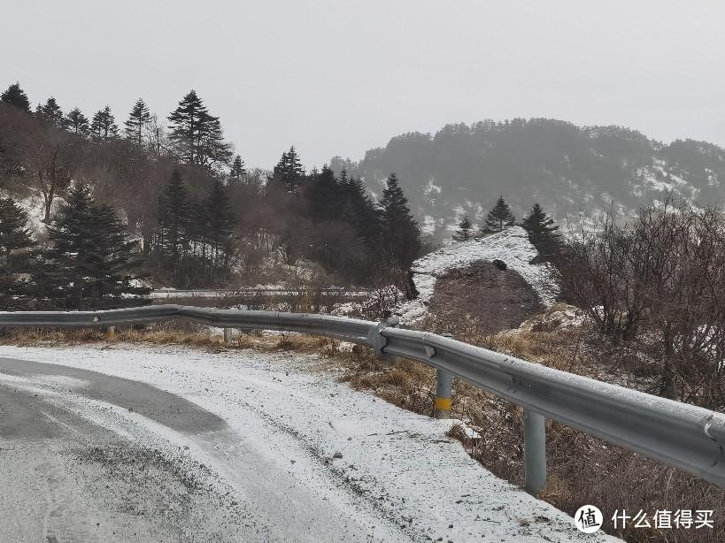 路中间的积雪也不化了