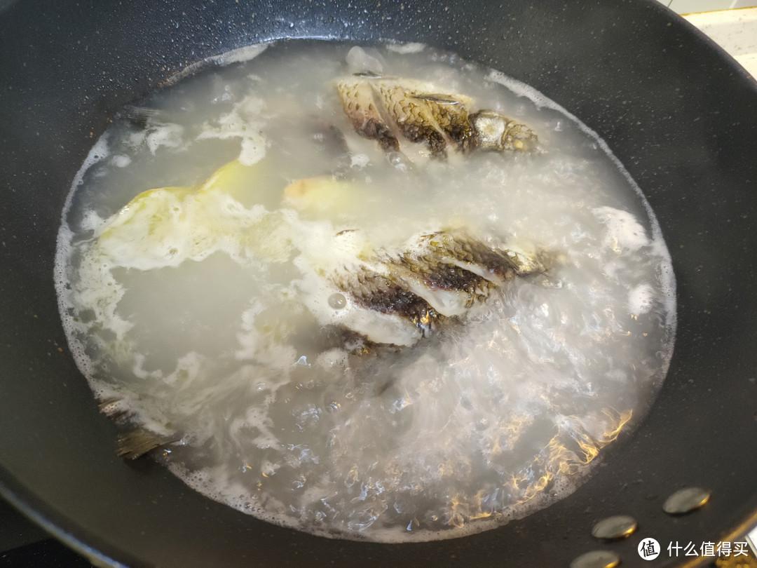 做鲫鱼汤,不要直接下锅煎,记好这一步,汤白味鲜无腥味