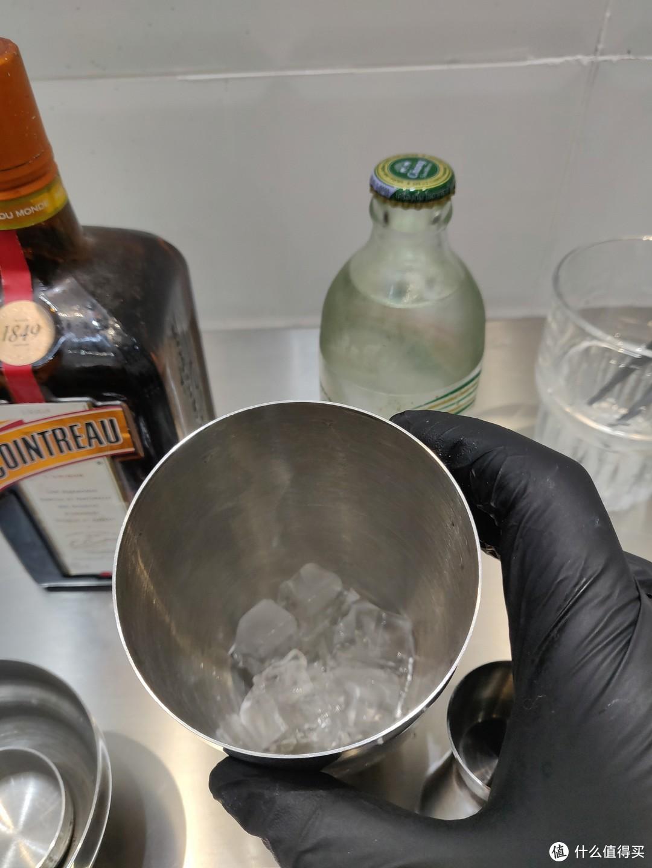 雪克杯加入冰块