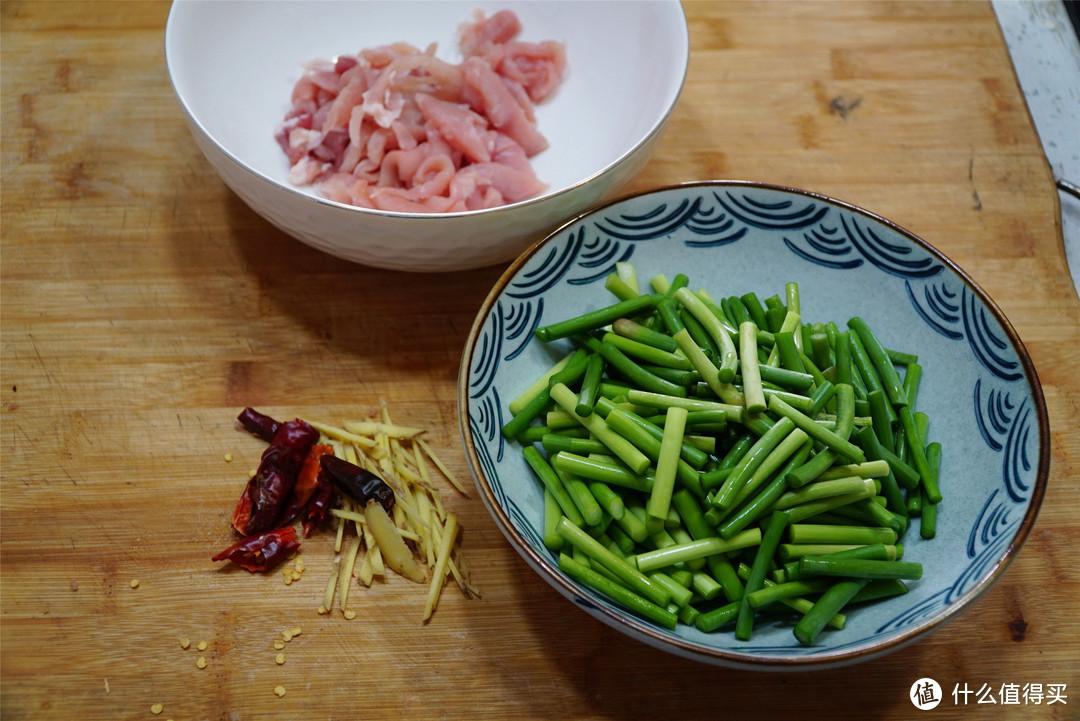 """做蒜苔炒肉丝,听大厨""""点拨""""2招,肉丝滑嫩,蒜苔翠绿还入味"""