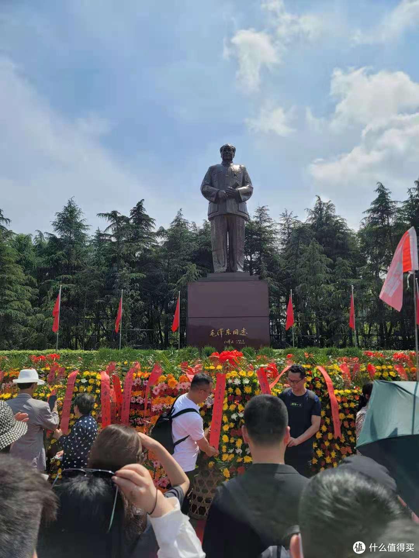 6米主席雕像前献花