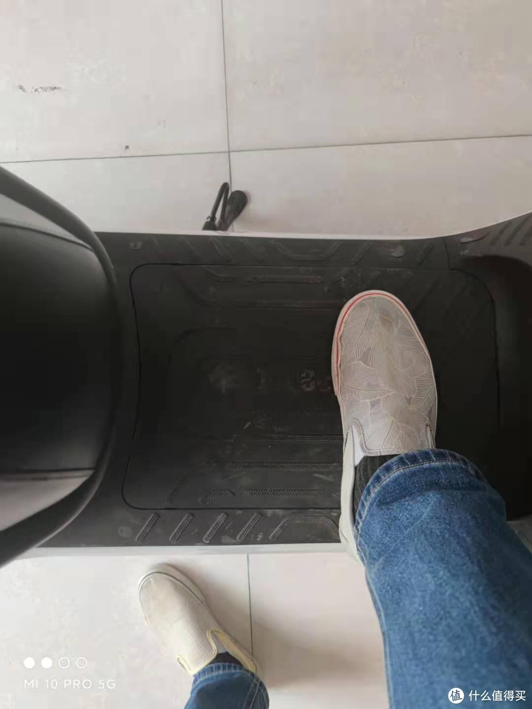 踏板宽度,差不多30cm吧,两侧位置有点弧形,四角橡胶是脚垫插孔