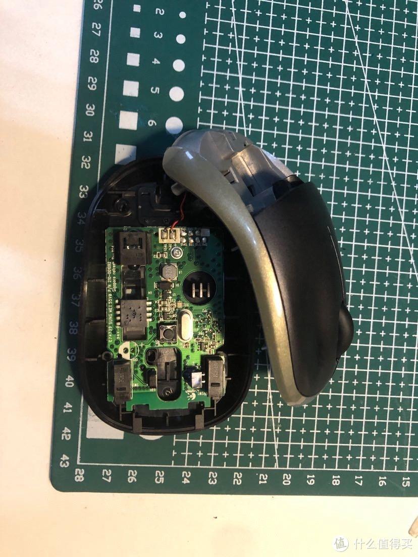 把鼠标尾部的滑垫揭下来把里边螺丝拧下来就能拆开鼠标了