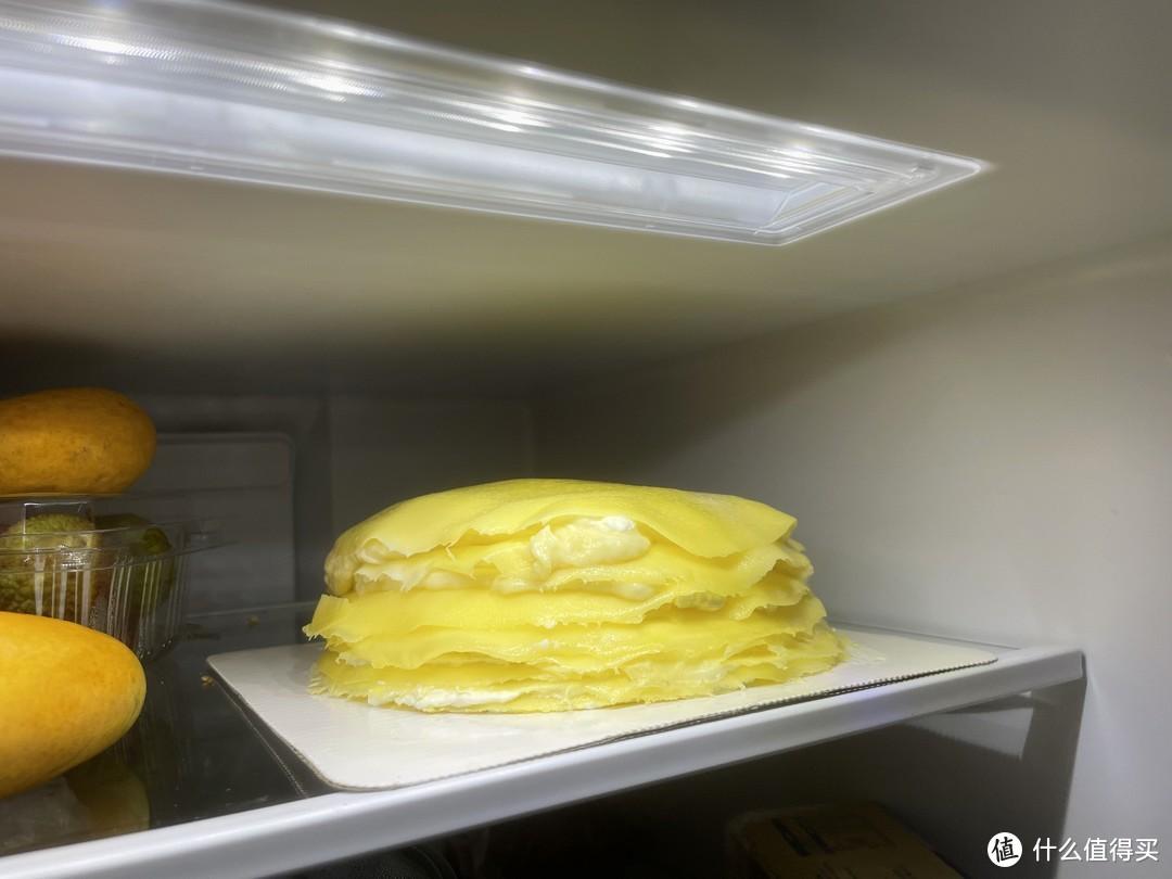 放冰箱冷藏一段时间,榴莲千层更紧实,凉凉的口感也是加分项