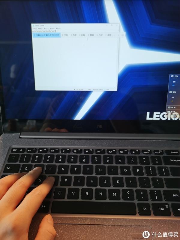 模拟打字,手直接压上去会有一丁点晃动,不过我这种状态都是外接键盘,问题不大