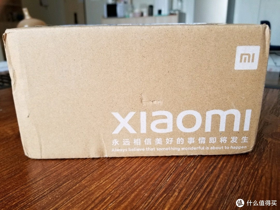 不难看出这个外包装的盒子是成本控制的产物