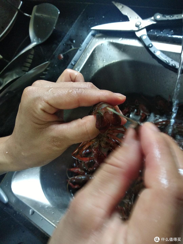 一拧一拉,注意力度,能把虾线整条抽出来
