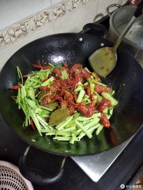 放入蔬菜翻炒均匀