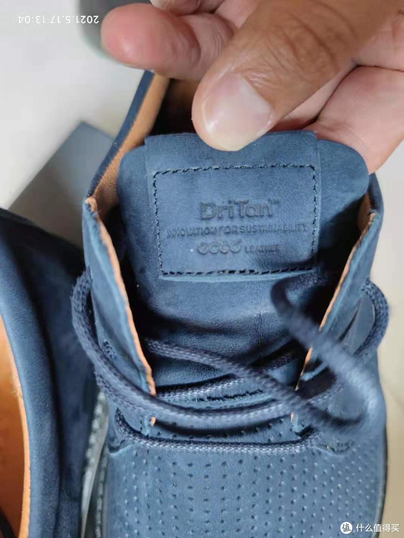 鞋舌上运用DriTan™技术,说明皮革采用无水制造,是爱步环保新技术
