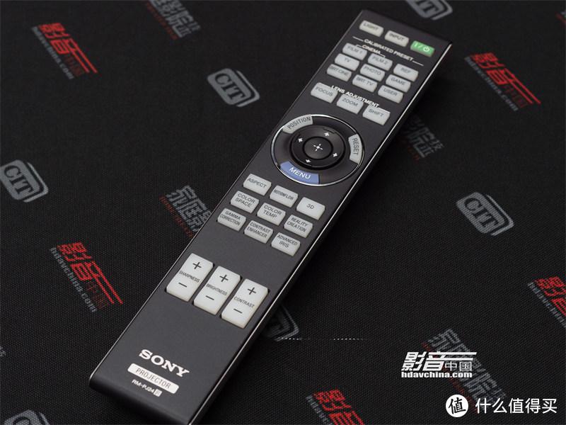 遥控器方面同样也沿用了索尼家庭影院投影机一直以来的传统设计