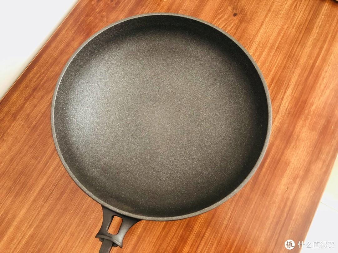 随便翻炒不惧铁铲,任性洗刷不惧钢丝球。是什么锅如此有底气?