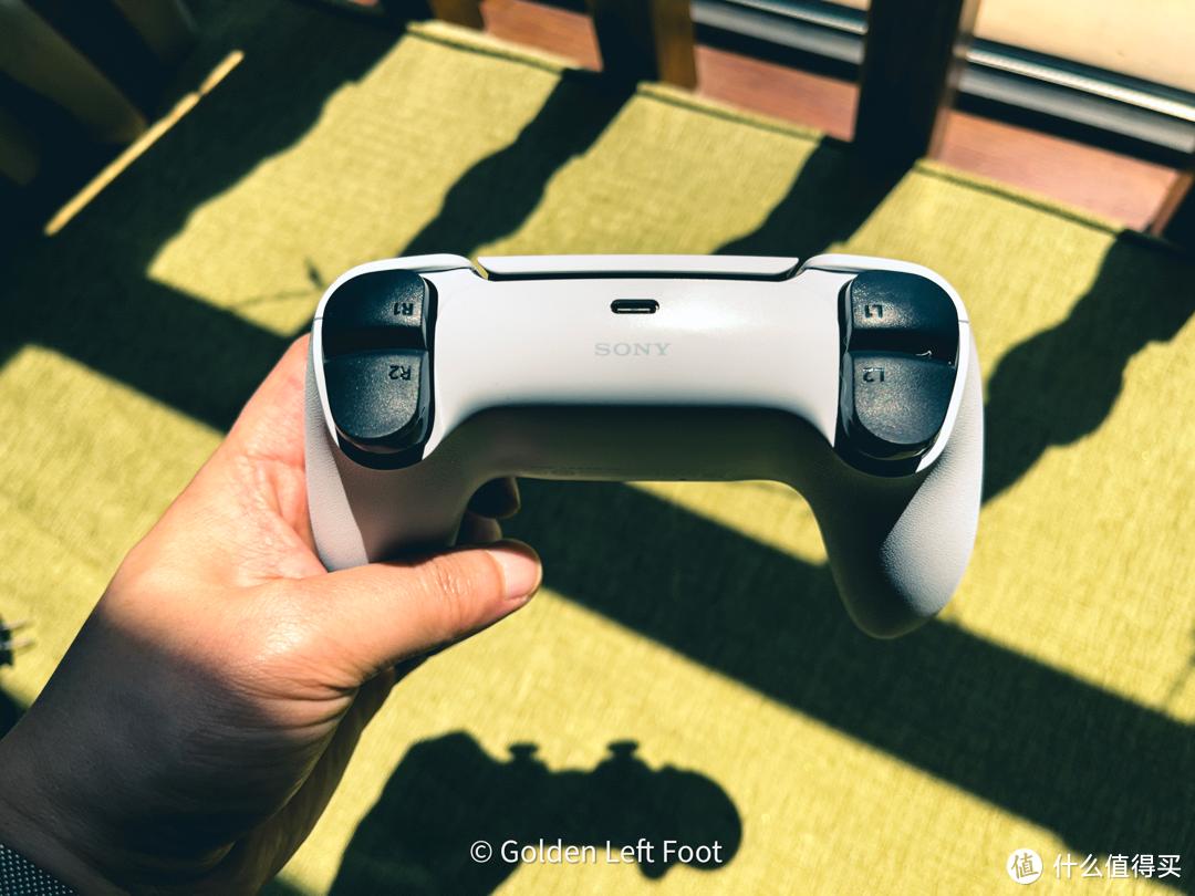 这次手柄我认为最大的升级就是增加了力反馈的L2和R2,让游玩时更有身临其境的感觉,索尼甚至还专门为手柄体验做了一个游戏,充电接口终于改成了typec