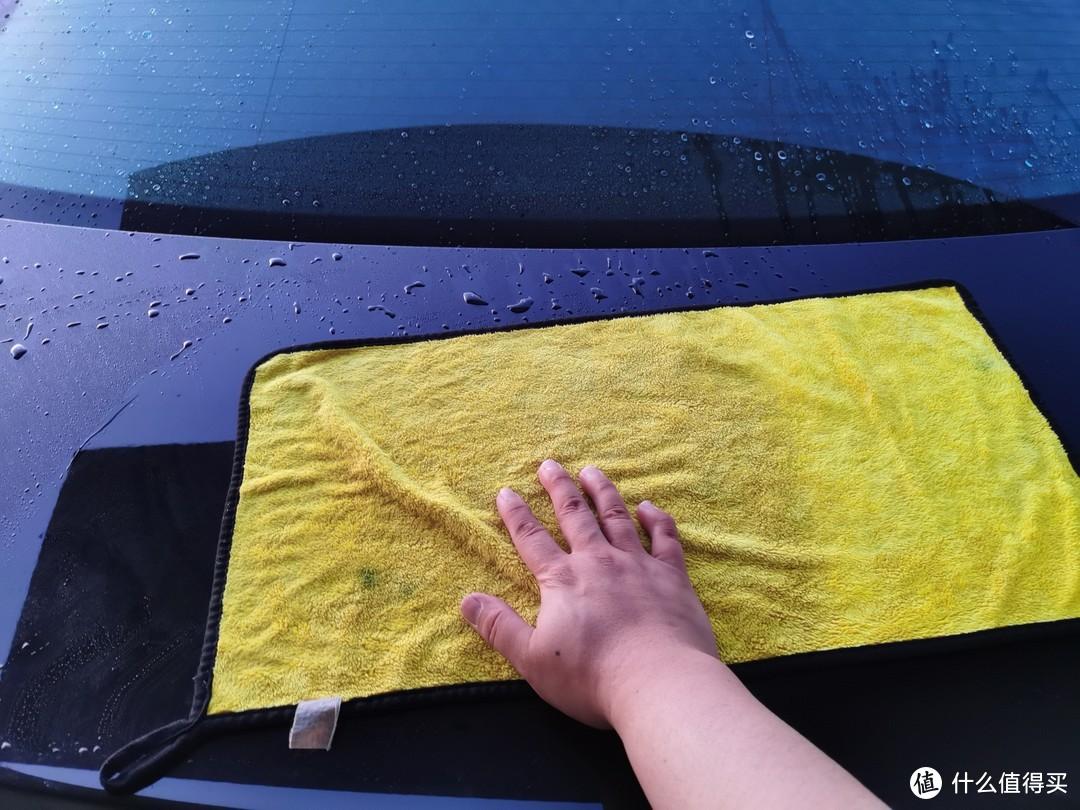 用一块小的双面抹布黄色面擦拭中下部外观,灰色面擦车裙以及底部
