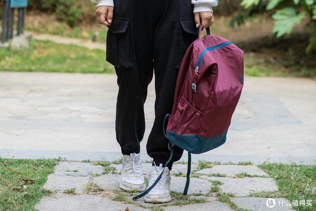 背着时尚自由出行,多特VISTA城市运动双肩包,比一瓶水更轻盈