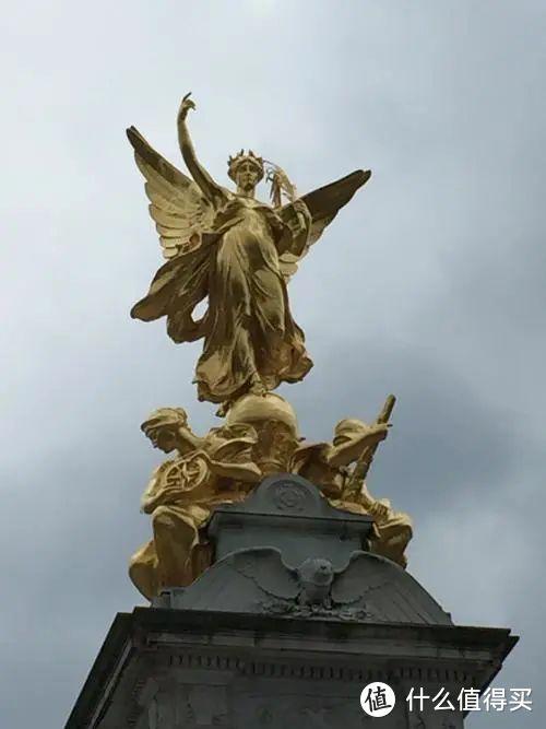 白金汉宫广场的胜利女神像
