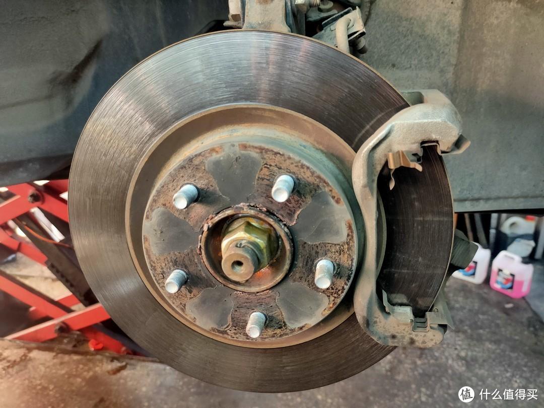 我光顾着研究轮胎的功夫,旧的刹车片已经被拆下来了