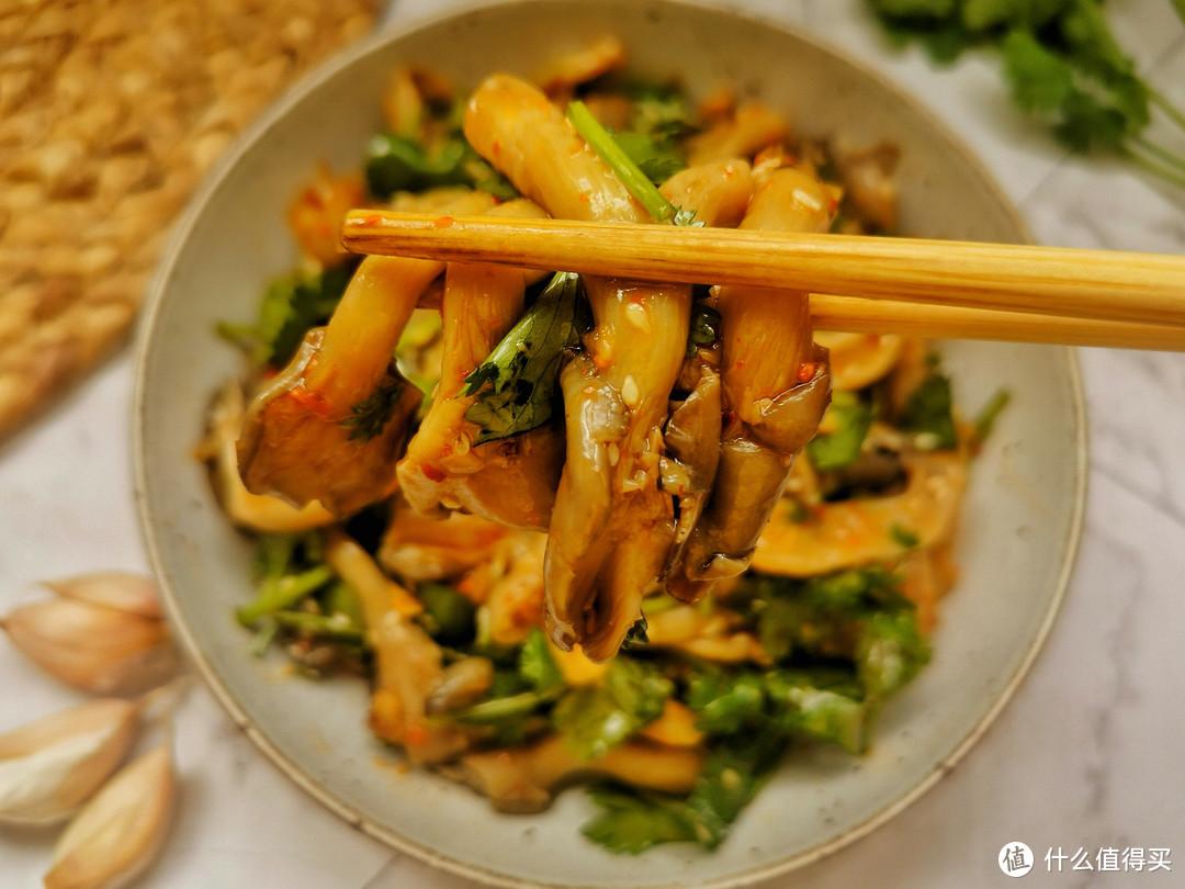 平菇别炒也别油炸,这种做法一年到头吃不腻,5分钟上桌