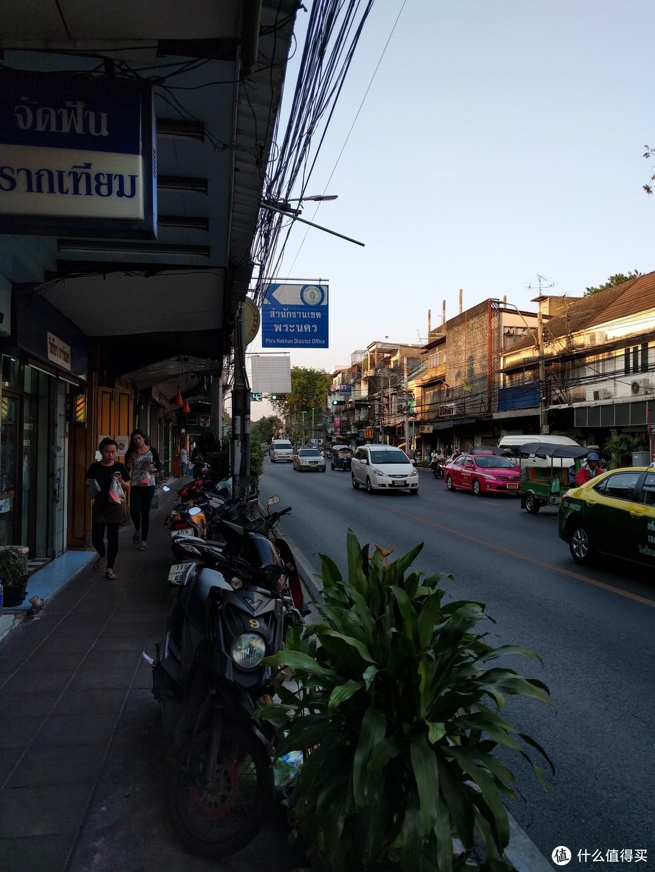 曼谷街景,大致相当于十多年前的长沙县……
