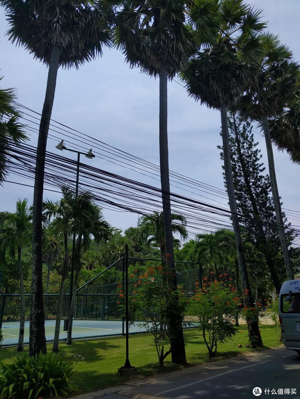 酒店的网球场哦~
