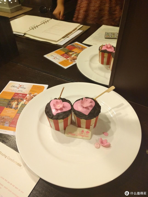 回房间发现酒店送的蜜月蛋糕,又一个惊喜!