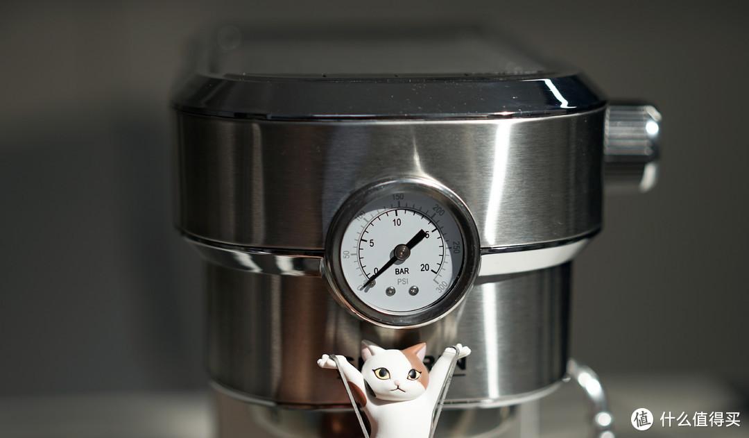 正面最引人注目的就是这块压力表了,在对流速不熟悉时压力可以很好的指示这杯咖啡萃取的程度