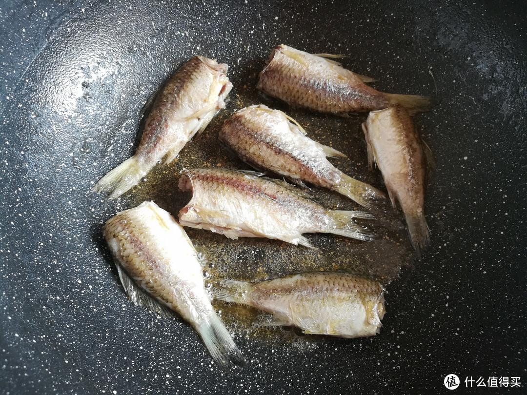 """不管煎什么鱼,""""最忌""""直接下锅,多做2步,鱼肉不粘锅不破皮"""