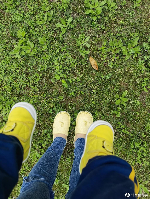 穿着儿童拖鞋行走在绿意盎然的春天里