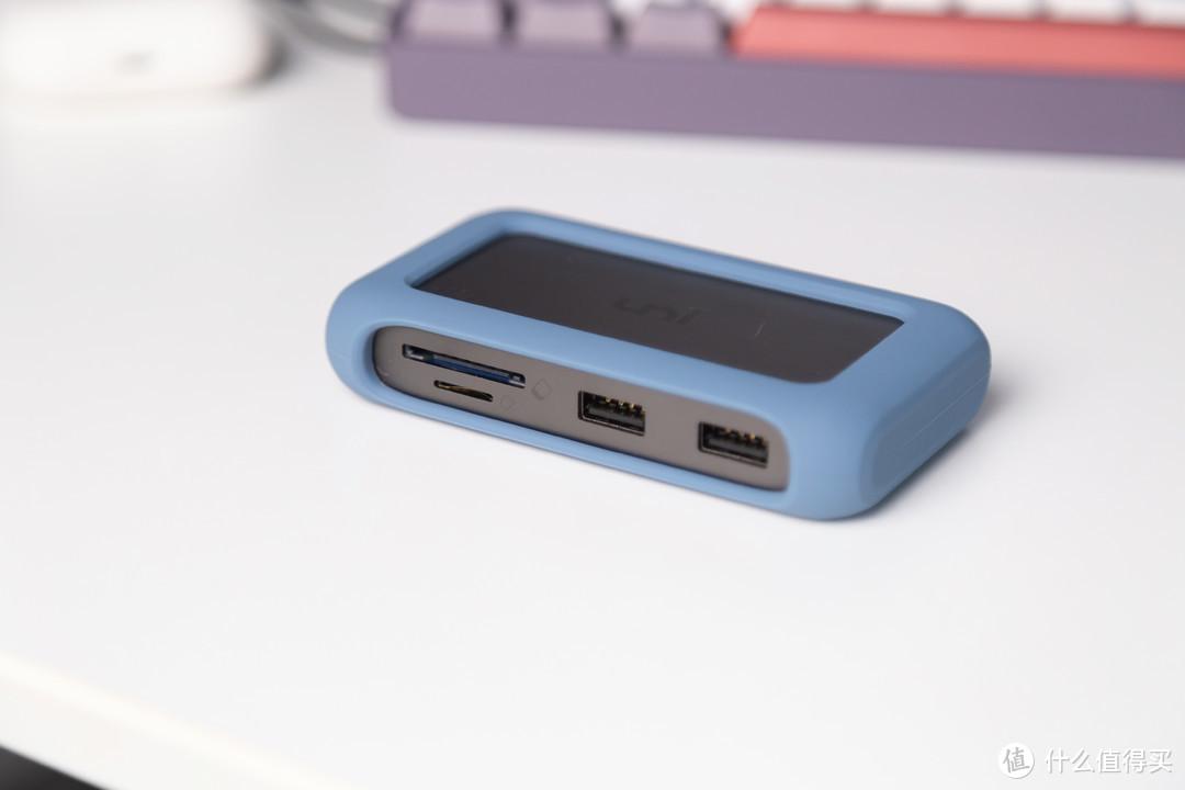 接口展示,左至右依次为:SD/TF读卡器,USB3.0 x 2