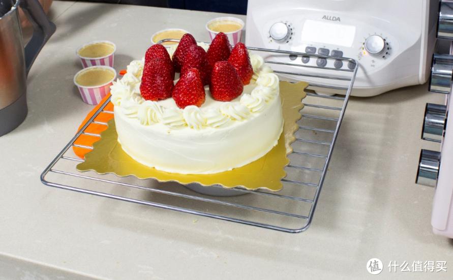 做好的草莓奶油蛋糕