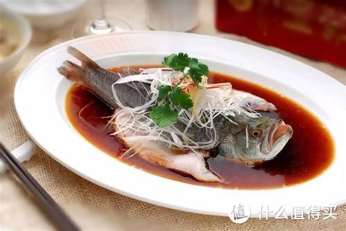 蒸鱼用热水还是冷水好?方法如果不对,蒸出来的鱼腥味重还难吃