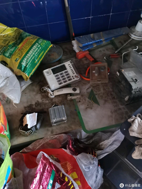 上次来这家店 还有很多路由器,光猫,这次来被人全部打包收了就剩下这些真正的垃圾了