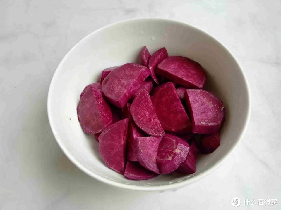 它富含花青素,低热量高饱腹,蒸熟卷一卷,冰凉软糯又拉丝,美味