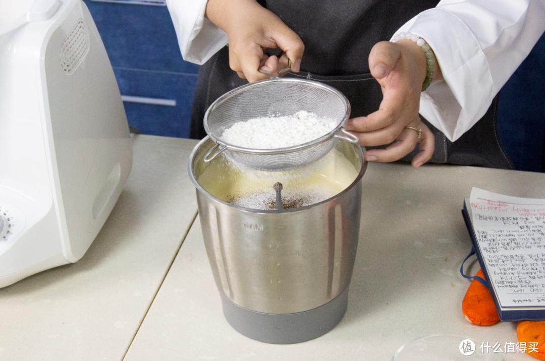 筛入低筋粉和可可粉