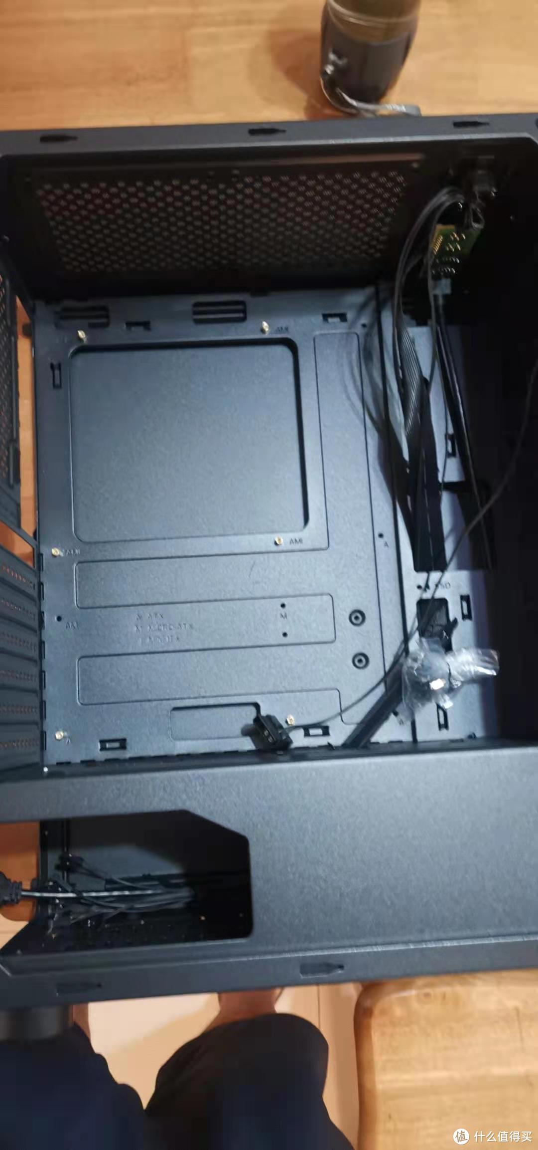 机箱内部还算宽敞,第一次接触这种背部走线的机箱,卖这个机箱就是看中这货能上8个120风扇或者是三个240冷排,我这还有三个240冷排。下一步想办法在换成水冷。