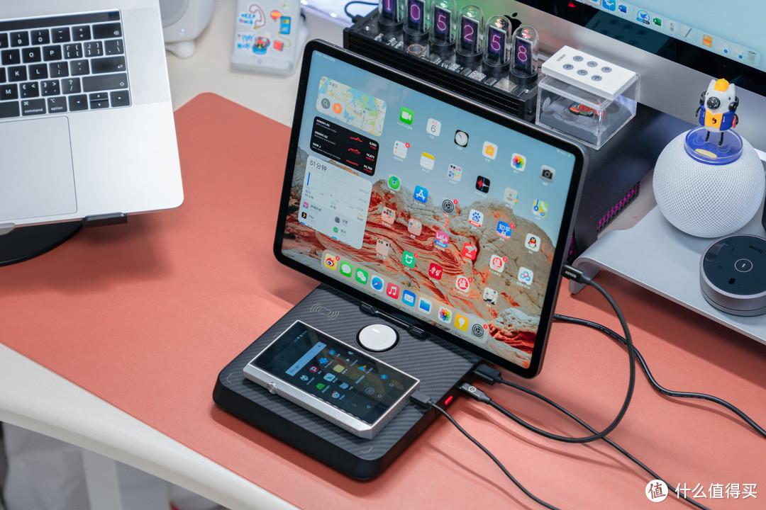 桌面充电脏乱杂?PITAKAAir Omni 无线充电基站教你如何实现六合一充电收纳
