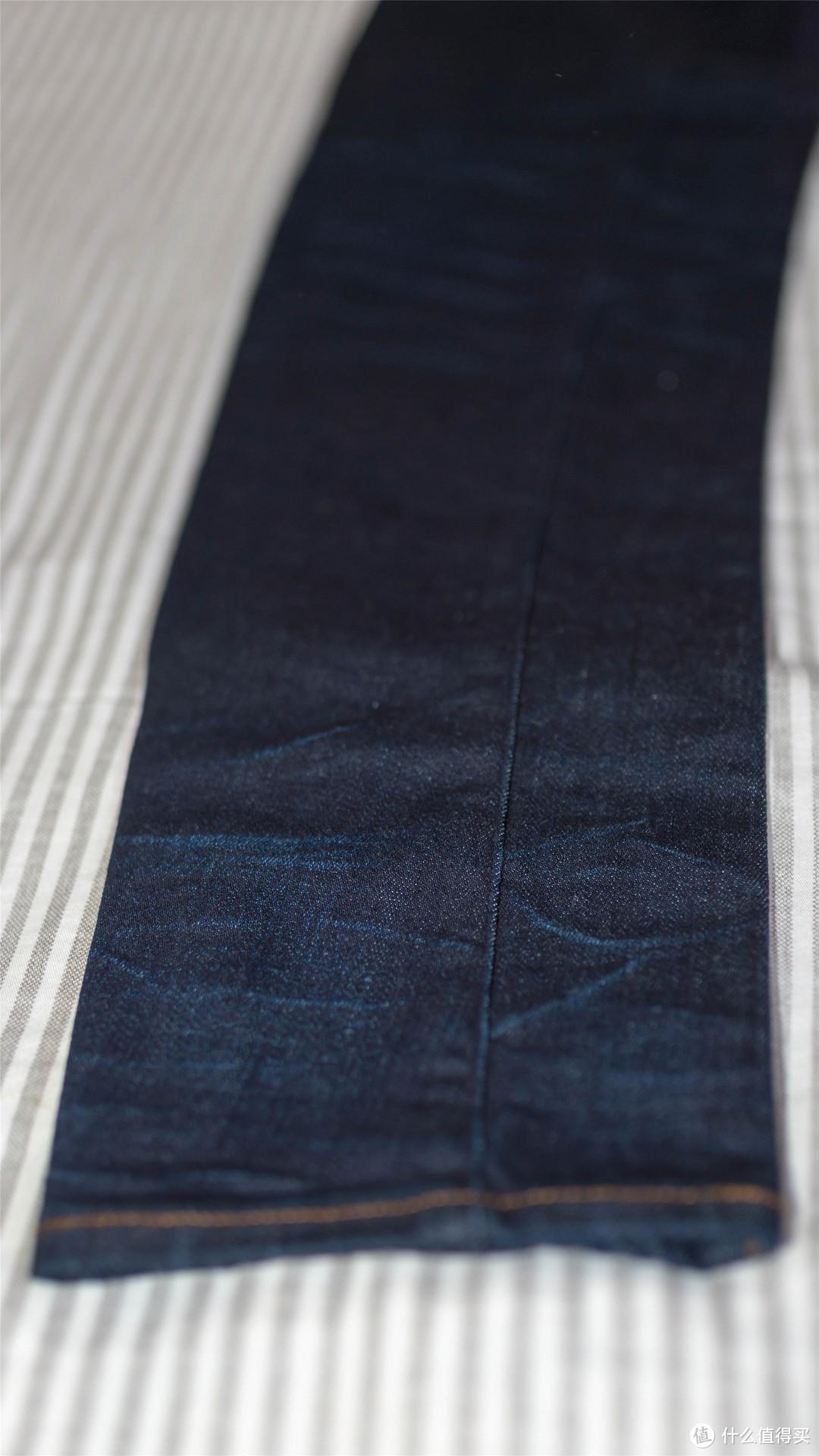 另外一条深色的仔裤的水洗纹。