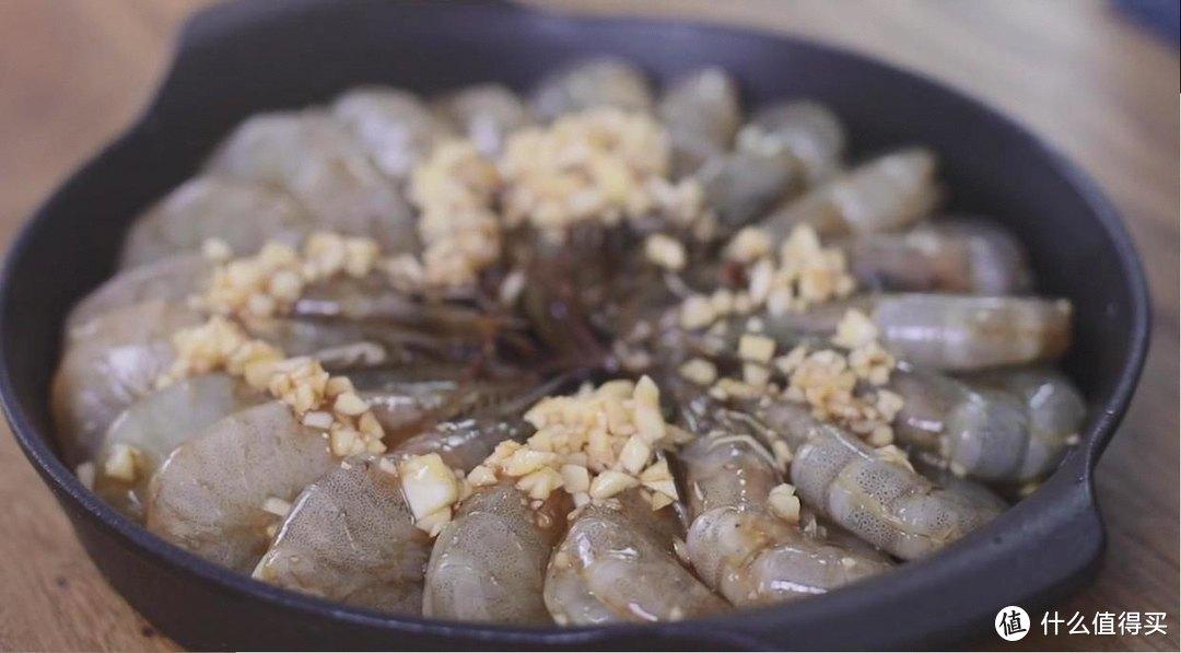 蒜蓉烤虾,吃起来鲜嫩多汁,香气四溢