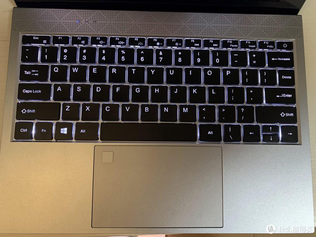 更多料来了,键盘有2档灯光调节,实用和格调都上去了,触摸去左上角有指纹识别,实测能用但是识别度不算高。键盘手感一般,勉强够用