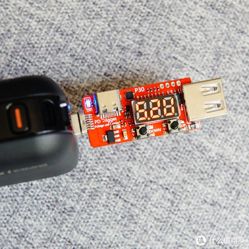 功能全面,高效充电:REMAX睿量快充带线插头移动电源上手