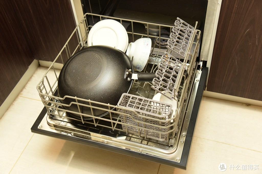 碗碟摆放总原则:碗口朝下,并逆时针方向摆放(俯视)