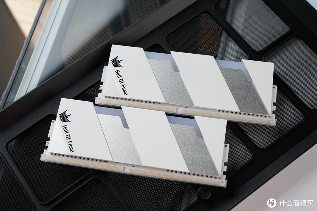 裂刃散热器铝材厚度大约有2mm,有较大的热容,外观与此前的HOF系列内存有明显不同,表面层次分明, 表层使用电泳白工艺,凹层有磨砂金属质感,整体凹凸有致,白银简单配色,搭配利落线条,层次感分明,诠释出简单的几何艺术美。